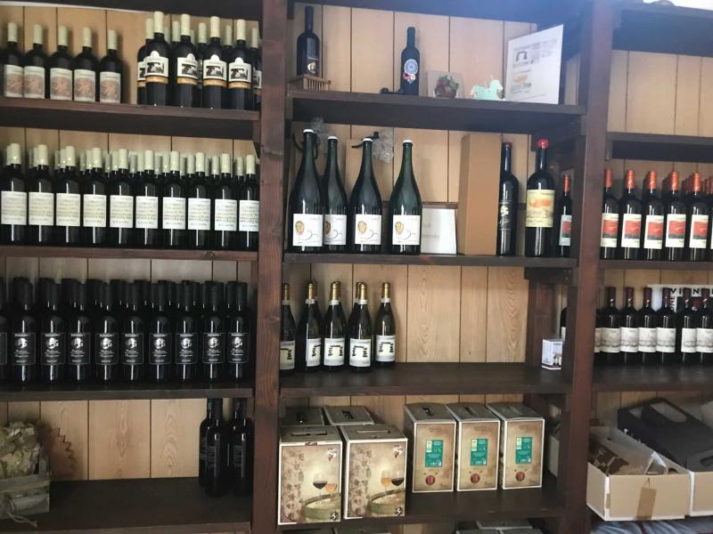 scaffali di vino vini giovannini imola